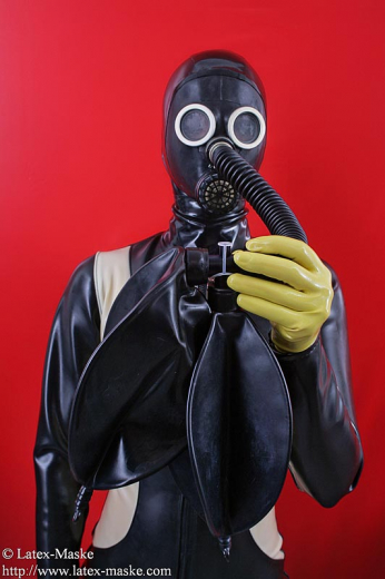 Nozzle gasmask with tube, adapter and 2x 3 litre breath bag